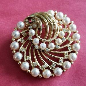 Vintage swirly pearl brooch gold tone rhinestone